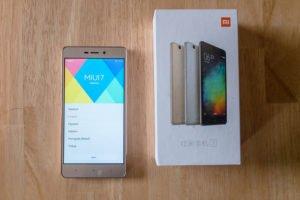 Xiaomi RedMi 3 auf Tisch liegend Verpackung daneben